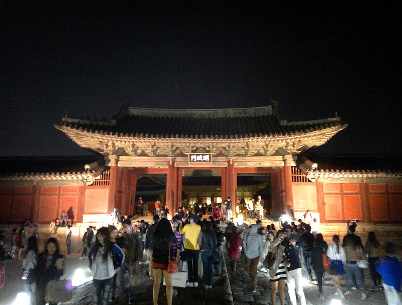 a crowd of people at Changgyeonggung (gung means palace)