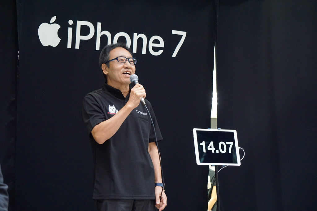 iPhone 7 / 7 Plusが発売。ソフトバンク表参道に50人の列、先頭は8年越しの1番ゲット