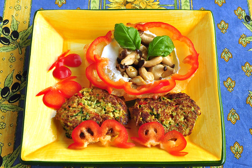 Fleischlos glücklich, bunt und farbenfroh: Käse-Körbchen mit Kräutersaitlingen ... dazu Couscous-Zucchini-Plätzchen. Für die Käse-Körbchen wurde geriebener Hartkäse kreisförmig auf Backpapier gestreut. Durchschnitt je nach gewünschter Körbchengröße, lieber kleiner als größer, hier circa 10 cm. Die Käsefladen schmelzen und eine goldgelbe Farbe annehmen lassen (unbedingt nach Sicht backen, das Ganze geht dann recht schnell). Vorsichtig mit einem Spachtel vom Backpapier lösen und über ein umgedrehtes Schälchen legen, so dass der geschmolzene Käse eine Körbchenform annimmt. Die Käse-Körbchen im Kühlschrank fest werden lassen und erst kurz vor dem Füllen wieder herausholen. Füllung nach Lust und Laune. Heute wurden die Körbchen mal mit in Butter gebratenen Kräutersaitlingen gefüllt. Auch Knoblauch durfte nicht fehlen. Dazu gab es Couscous-Zucchini-Plätzchen und Kräuterquark. - Foto: Brigitte Stolle