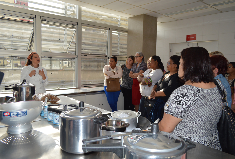 Chef Janaína Rueda dará capacitação a merendeiras da rede estadual e de escolas técnicas em cozinha da Etec Santa Ifigênia