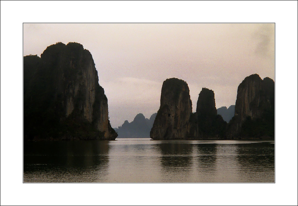 fin de journ e sur la baie d 39 halong vietnam claude flickr. Black Bedroom Furniture Sets. Home Design Ideas