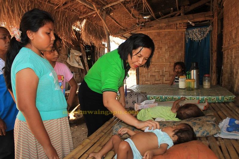 Dokter Lely Harakay Sedang Memeriksa Bayi Sinta Yang Terkena Hidrosefalus