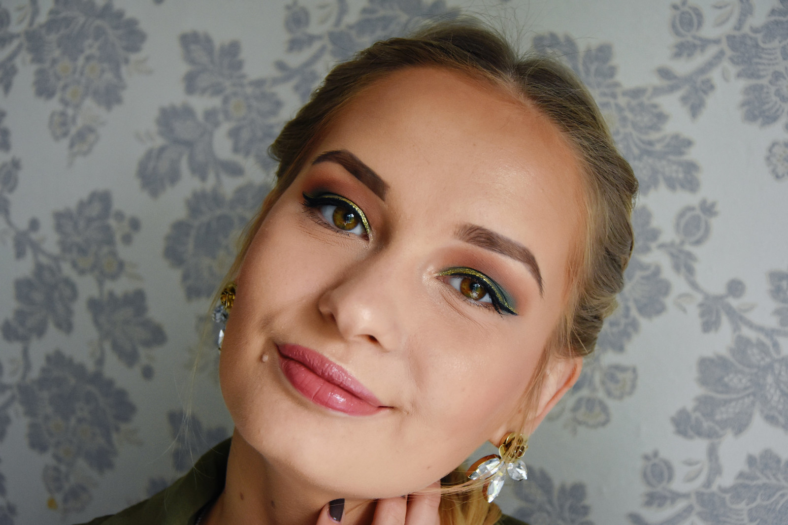 Gold eyeliner makeup look