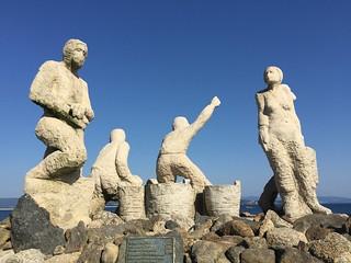Escultura de los voluntarios del chapapote en San Vicente do Mar (Galicia)