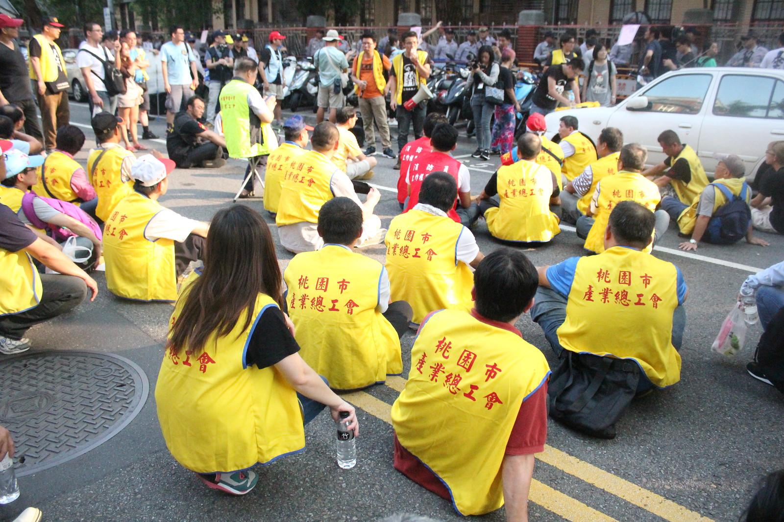 青島東路側勞團在立院外短講。(攝影:張宗坤)
