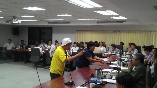 民團代表多次衝向主席台爭辯。攝影:林倩如。