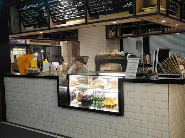 一樓有咖啡店,提供飲料與輕食,讓人有個地方可以吃點東西休息一下、也方便接待客戶@雀客旅館CHECK INN