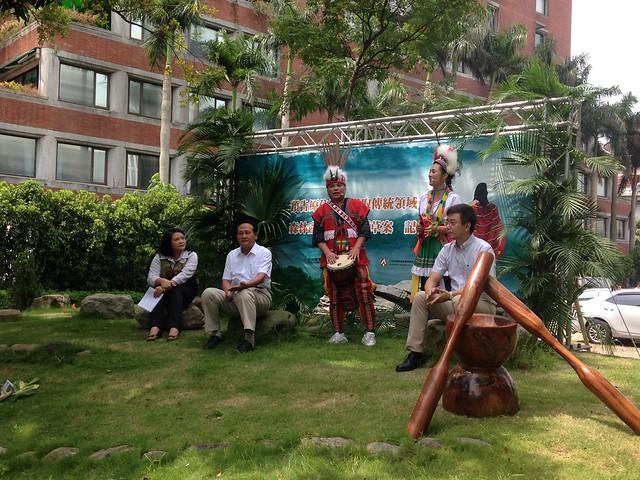 農委會主委曹啟鴻(左二)說,「原住民族採取傳統領域土地森林產物管理規則」預告是好消息,應登高一呼。攝影:廖靜蕙