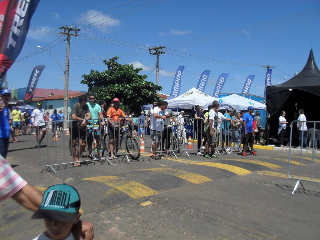 Público começa a se aglomerar, esperando o campeão