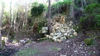 L'ancien moulin détruit et tombé sur la fontaine