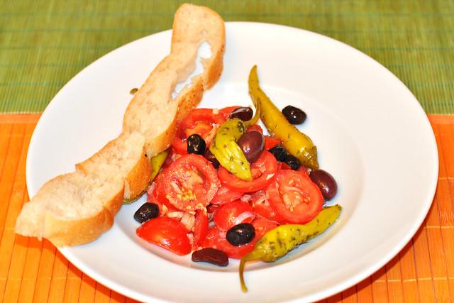 Tomatensalat, schwarze Oliven, Peperoni, Fladenbrot ... türkisch ... Olivenprobe - Foto: Brigitte Stolle 2016