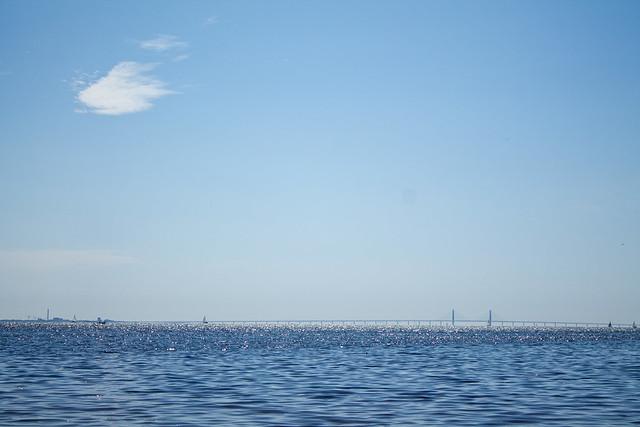Sol, blå himmel och blått hav