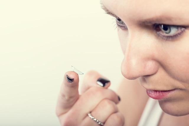 Symbolbild: Kontaktlinse beim Menschen