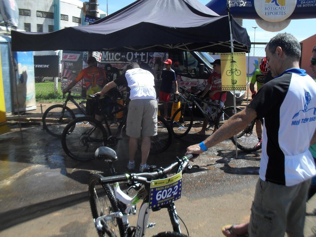 Ao lado das massagens, também para cuidar das bikes, uma boa limpeza