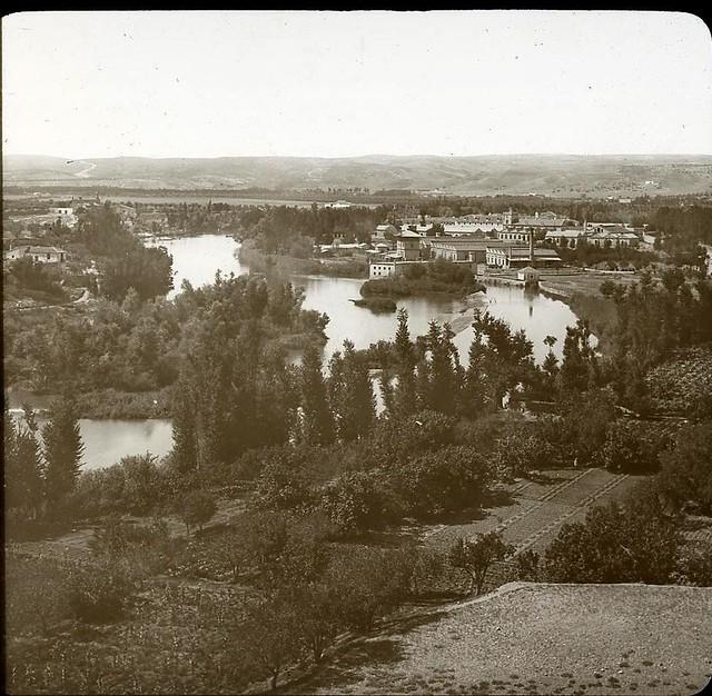 Río Tajo y Fábrica de Armas hacia 1905 fotografiado por Alois Beer. Fotografía editada y publicada por E. Mazo para linterna mágica MTFFD027810_P
