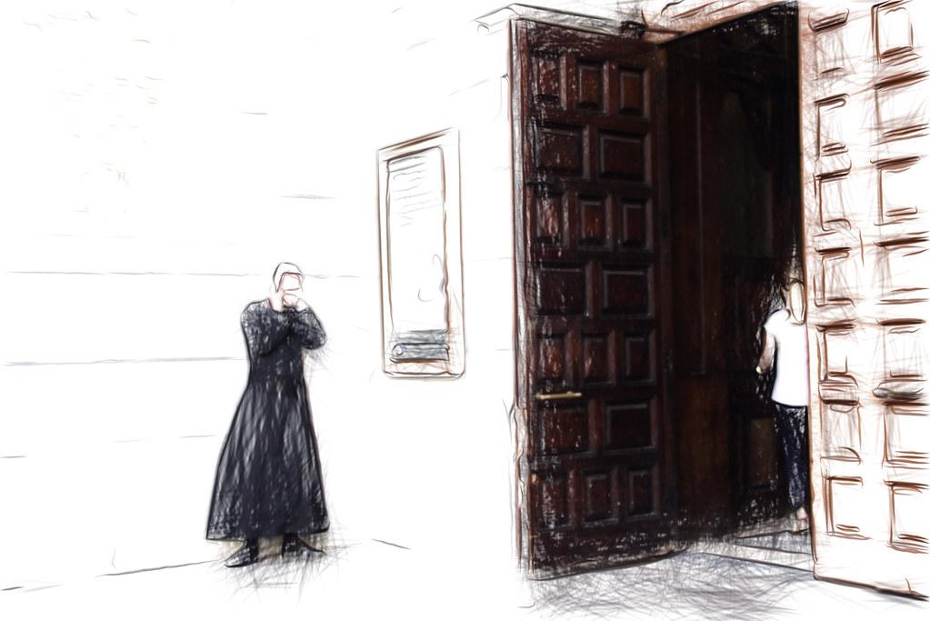 En la puerta de una iglesia