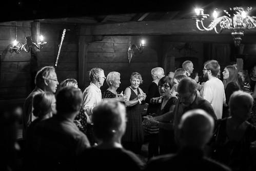 Folkedansarar dansar stordans på Schøtstuene