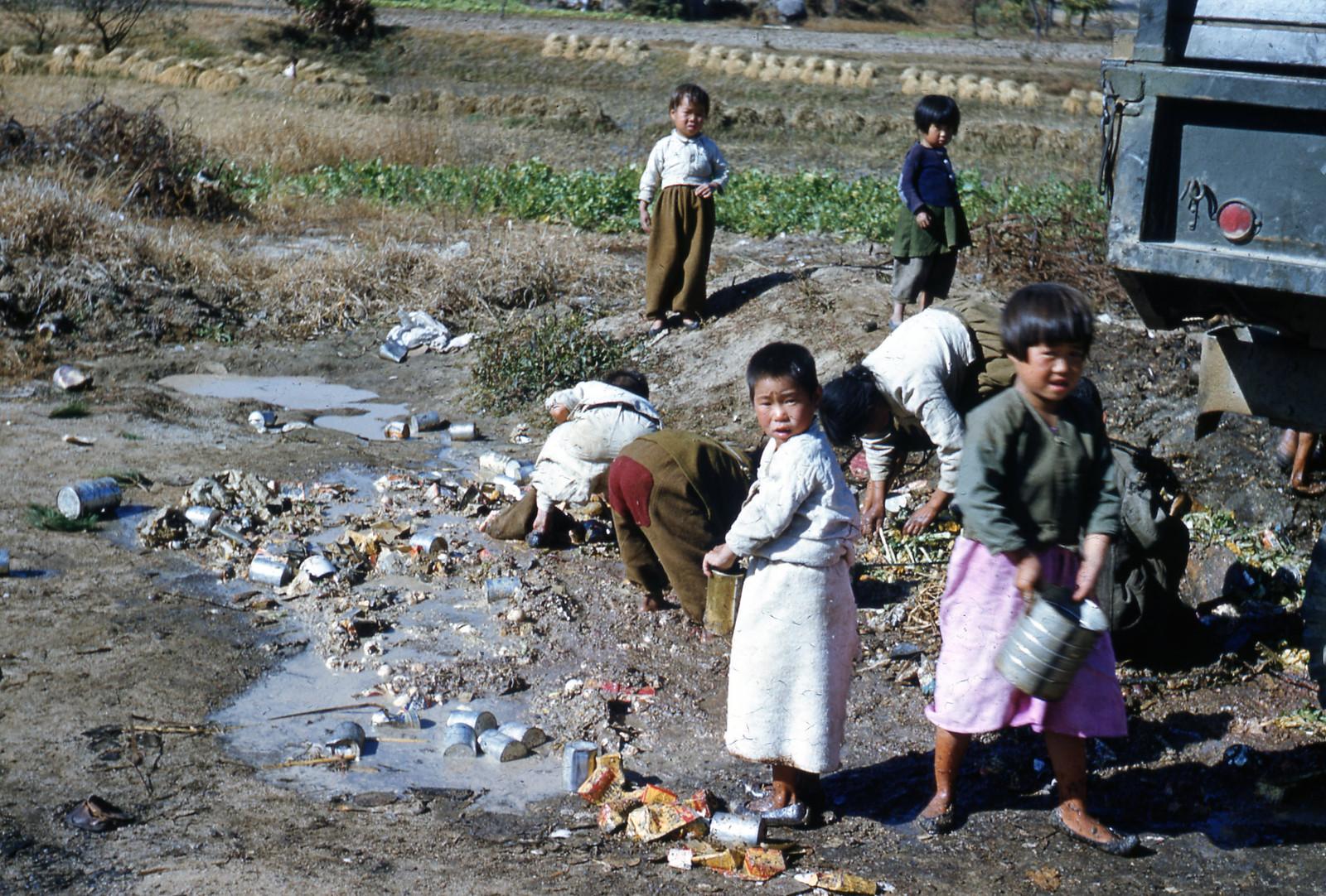Barn leter gjennom søppel / Children Scavengers (1952) | by Trondheim byarkiv