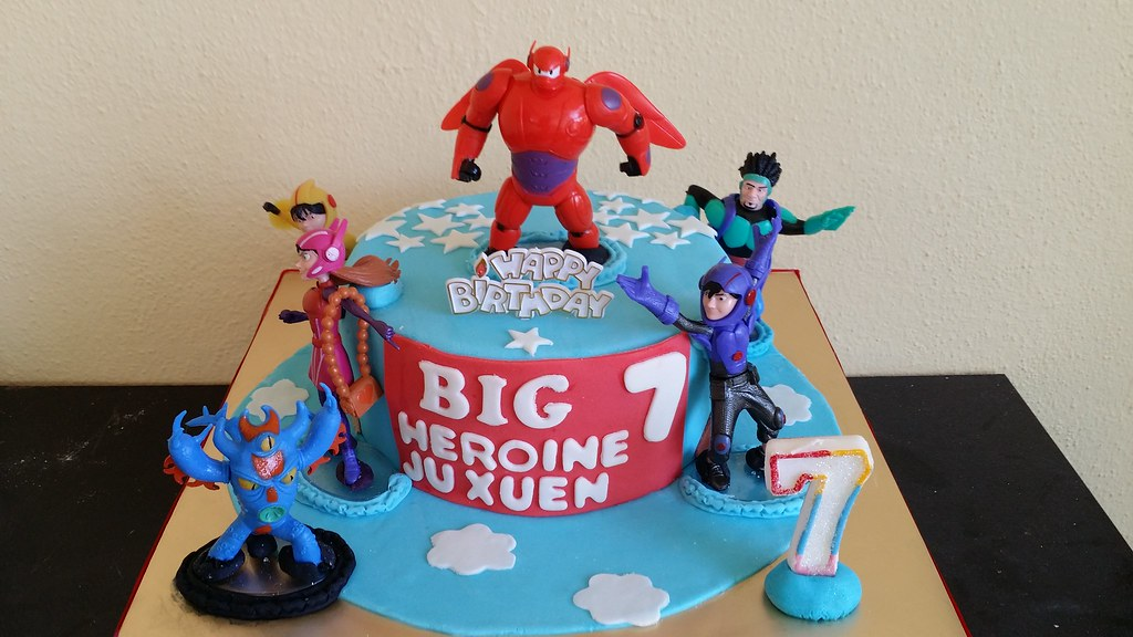 Cake Design Big Hero : Big Hero 6 themed cake with toy figurines Chloe Thean ...