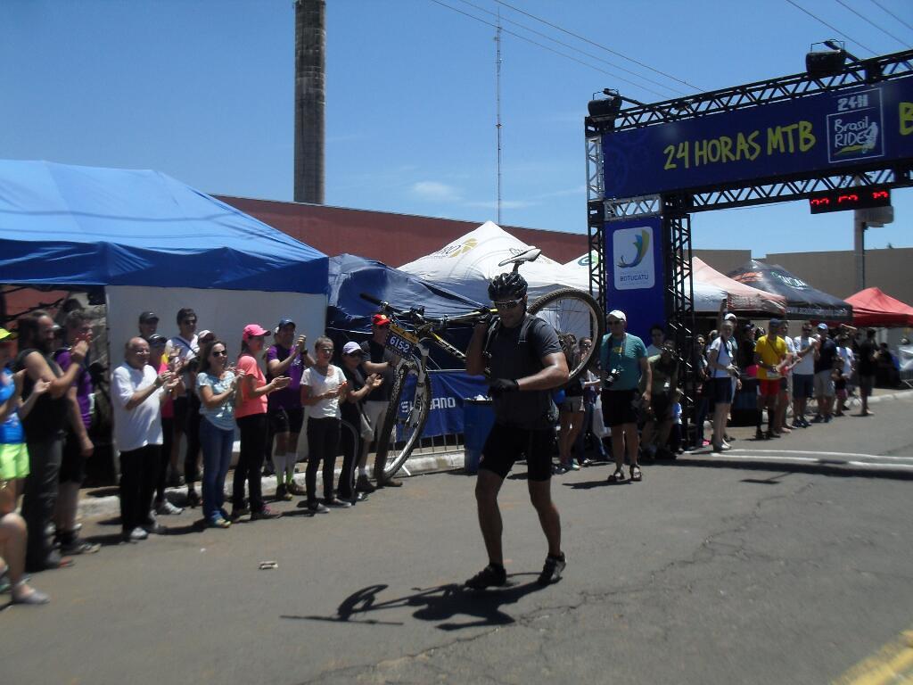 Com a roda torta, Gustavo cruza a linha de chegada com a bike carregada