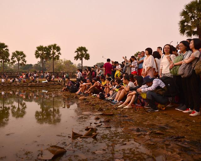 Gente esperando para ver el amanecer en Angkor Wat