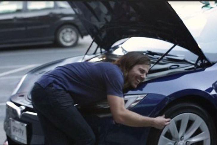 Todos sus empleados le regalan el coche de sus sueños en agradecimiento a su noble gesto