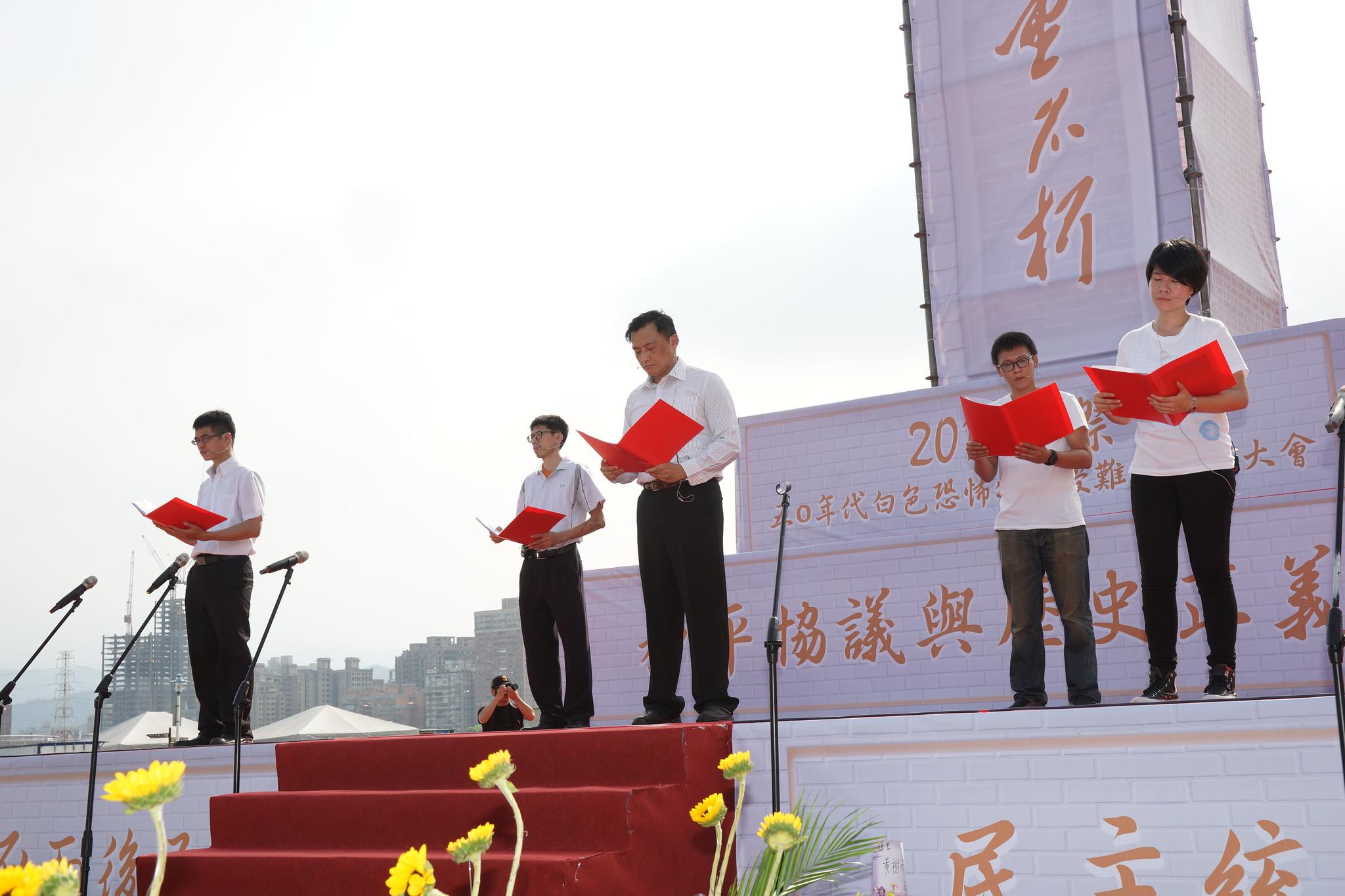 互助會現場朗讀作家楊逵的《和平宣言》。(攝影:王顥中)