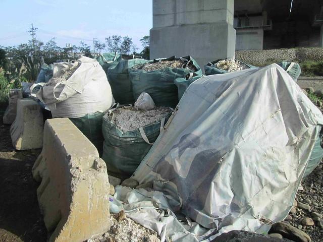 事業廢棄物廢污泥棄置現場 圖片來源:環保署