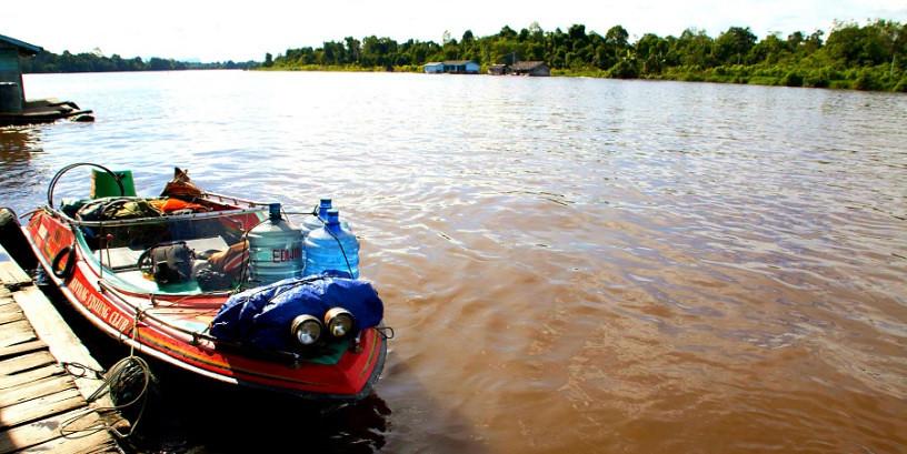 卡普阿斯河上的快艇。攝影:Lucy McHugh/CIFOR