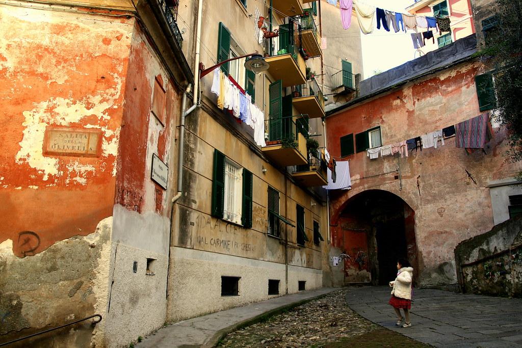 Piazza San Bartolomeo dell'Olivella, quartier de Prè à Gènes- ☭