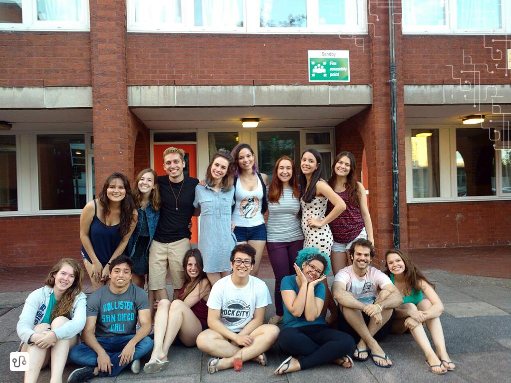 Essa foto foi a última - e talvez a única - com todos juntos, na despedida do Vinicius (o moço loiro de blusa preta)
