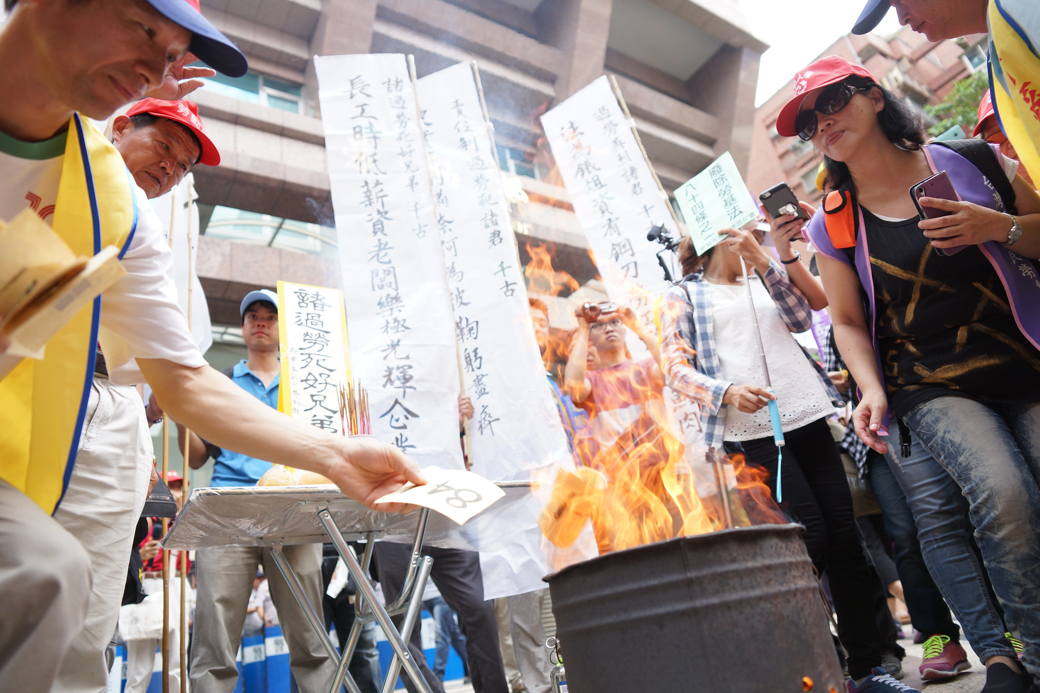 勞團在勞動部前祭奠近年來在職場上過勞的勞工。(攝影:王顥中)