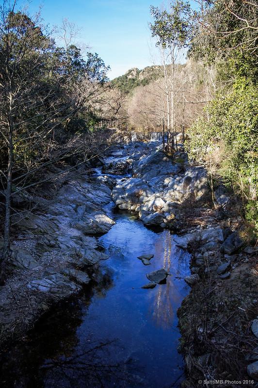 El río Arnera bajo el puente de La Farga