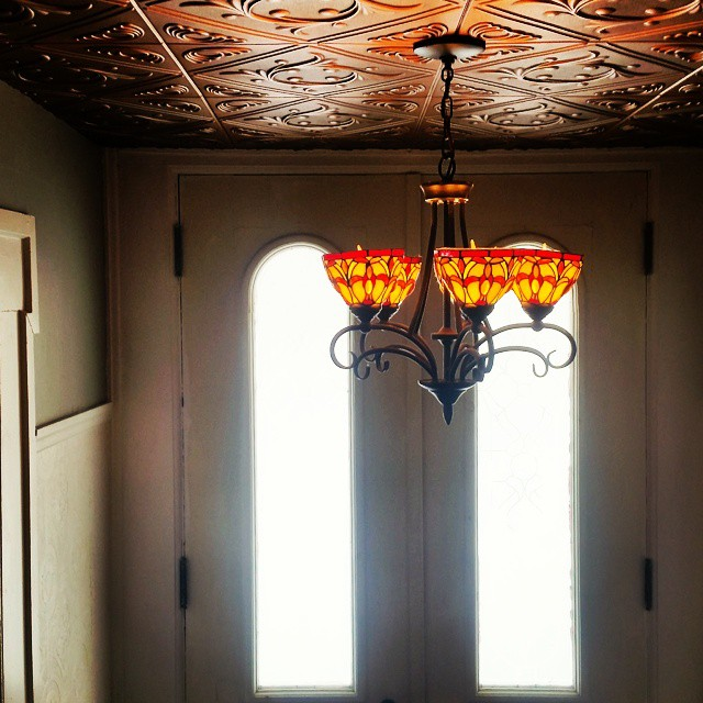 There may be kid litter on the floor below me and laundry behind me waiting to be folded but this bit of beauty caught me on the way downstairs. #interiorthursdays #interiordesign #oldhouse #oldhouselove