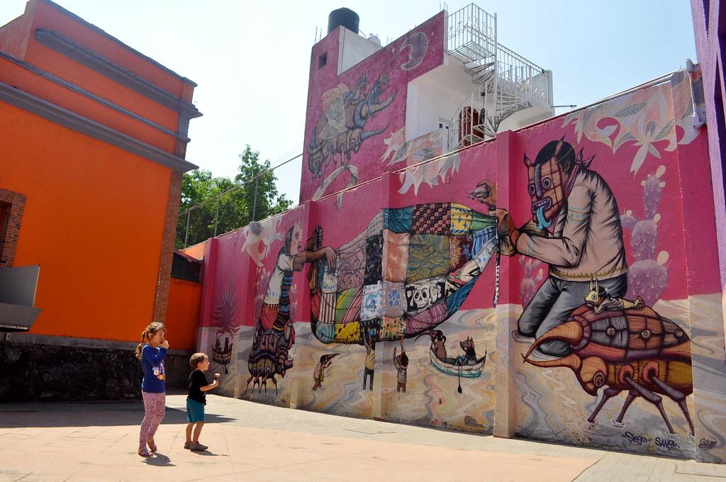 rosa mexicano en un mural