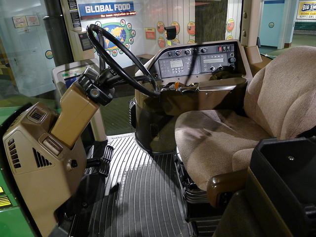 Cockpit: John Deere 8210