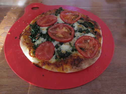 Pizza mit Spinat, Mozzarella und frischen Tomaten