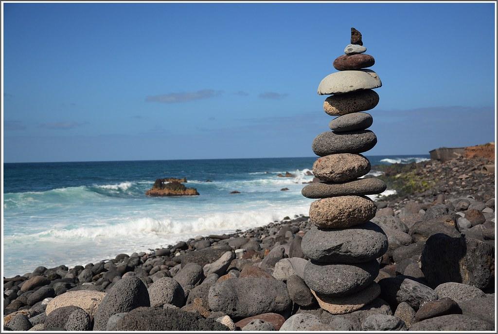 Playa jard n tenerife apilar piedras en equilibrio for Sacos de piedras para jardin