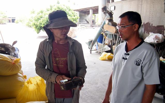 經劉晉坤(左`)介紹,楊富強到五溝水租地種自然農法稻米。攝影:李育琴
