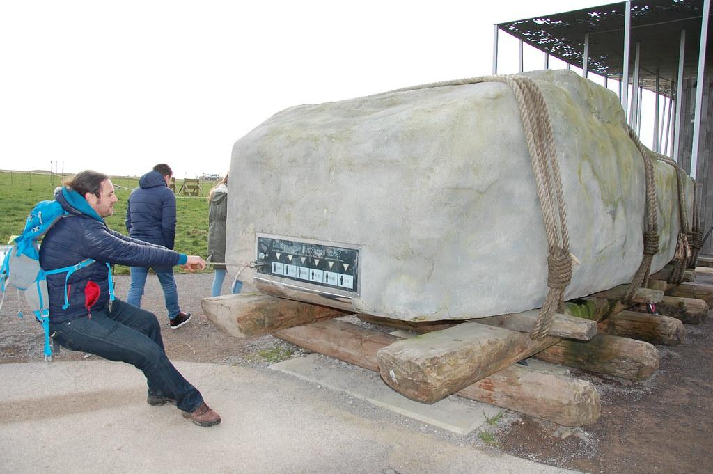 Intentando arrastrar una de las piedras de Stonehenge