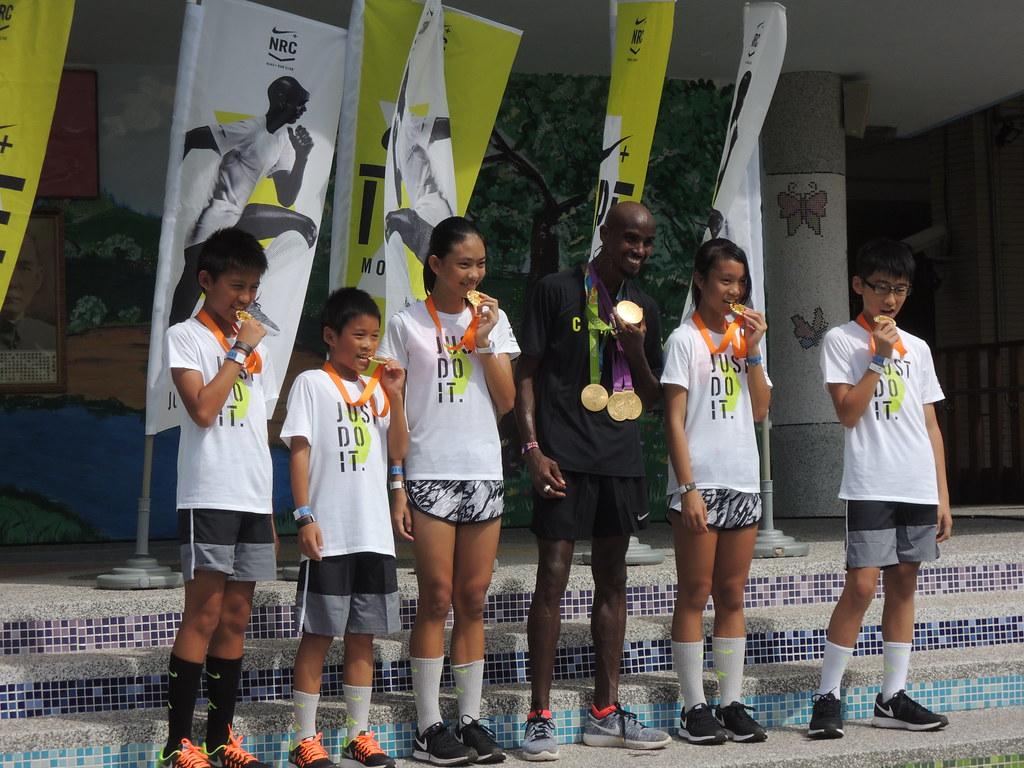 Mo Farah(中黑衣者)帶著自己的4面奧運金牌訪台。(陳筱琳/攝)