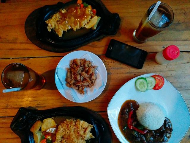 Paket Crispy Chicken plus Es Teh, Kulit Ayam Crispy, nasi Sapi Lada Hitam