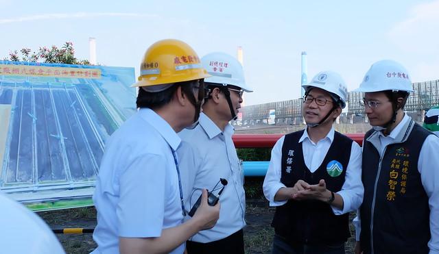 環保署長李應元(右二)與台中市環保局長白智榮(右一)聽取台電說明台中火力發電廠的棚式煤倉計畫  攝影:陳文姿