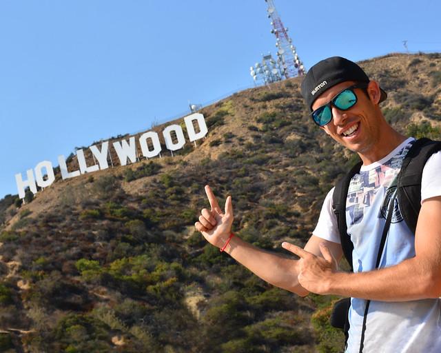Miguel Egido, de Diario de un Mentiroso frente al cartel de Hollywood en Los Angeles, uno de los sitios más importantes en Estados Unidos