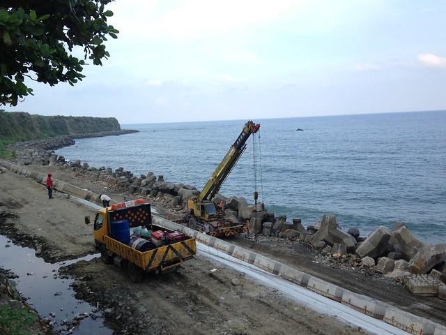 新社沿海雖為台灣不到一半的天然海岸,海岸工程卻未中斷。攝影:廖靜蕙