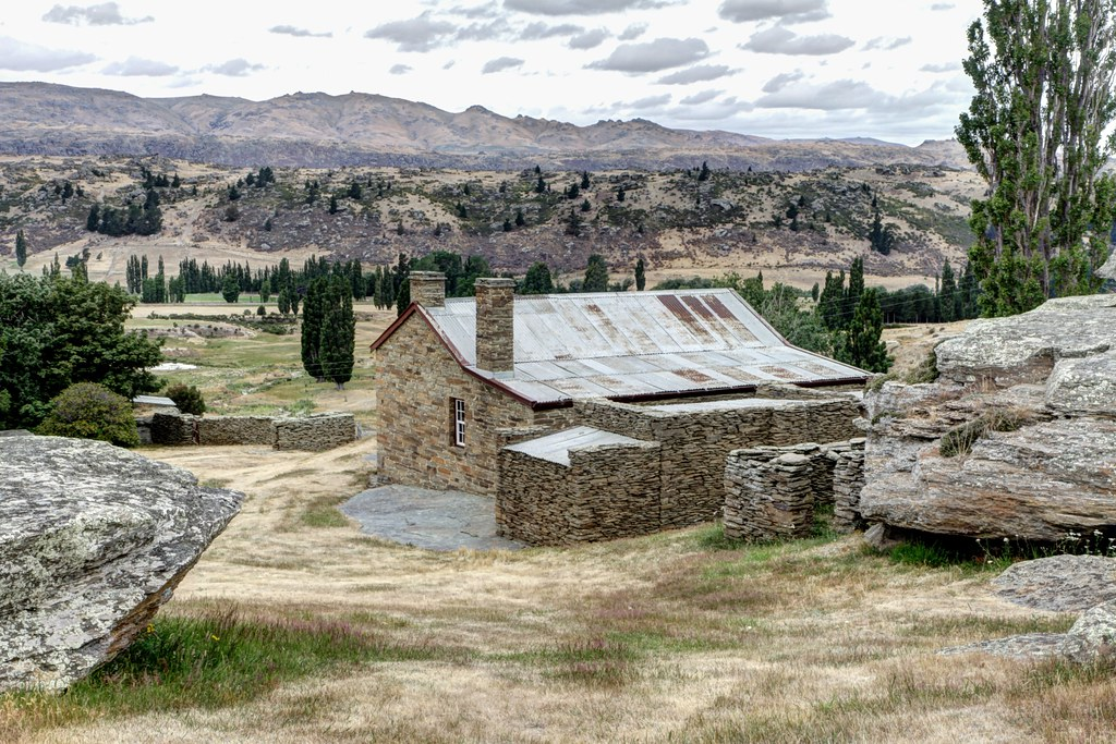 Mitchells cottage colonial stone house otago another for Landscaping companies in new zealand