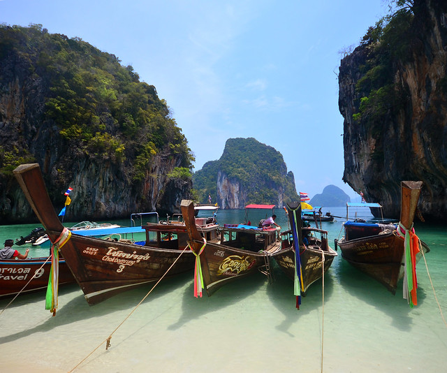 Precioso paisaje de barcas sobre aguas cristalinas que vimos durante la excursión a la isla Koh Lading, la Paradise Island