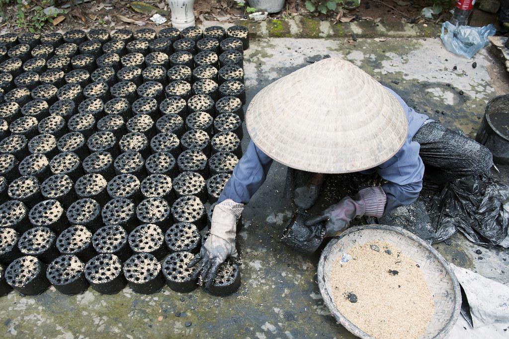 越南婦女將農業廢棄物製成煤磚,以滿足能源需求。攝影:Kibae Park。圖片來源:聯合國UN Photo
