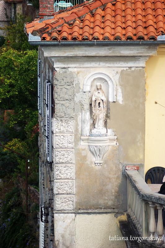 Скульптура Богоматери