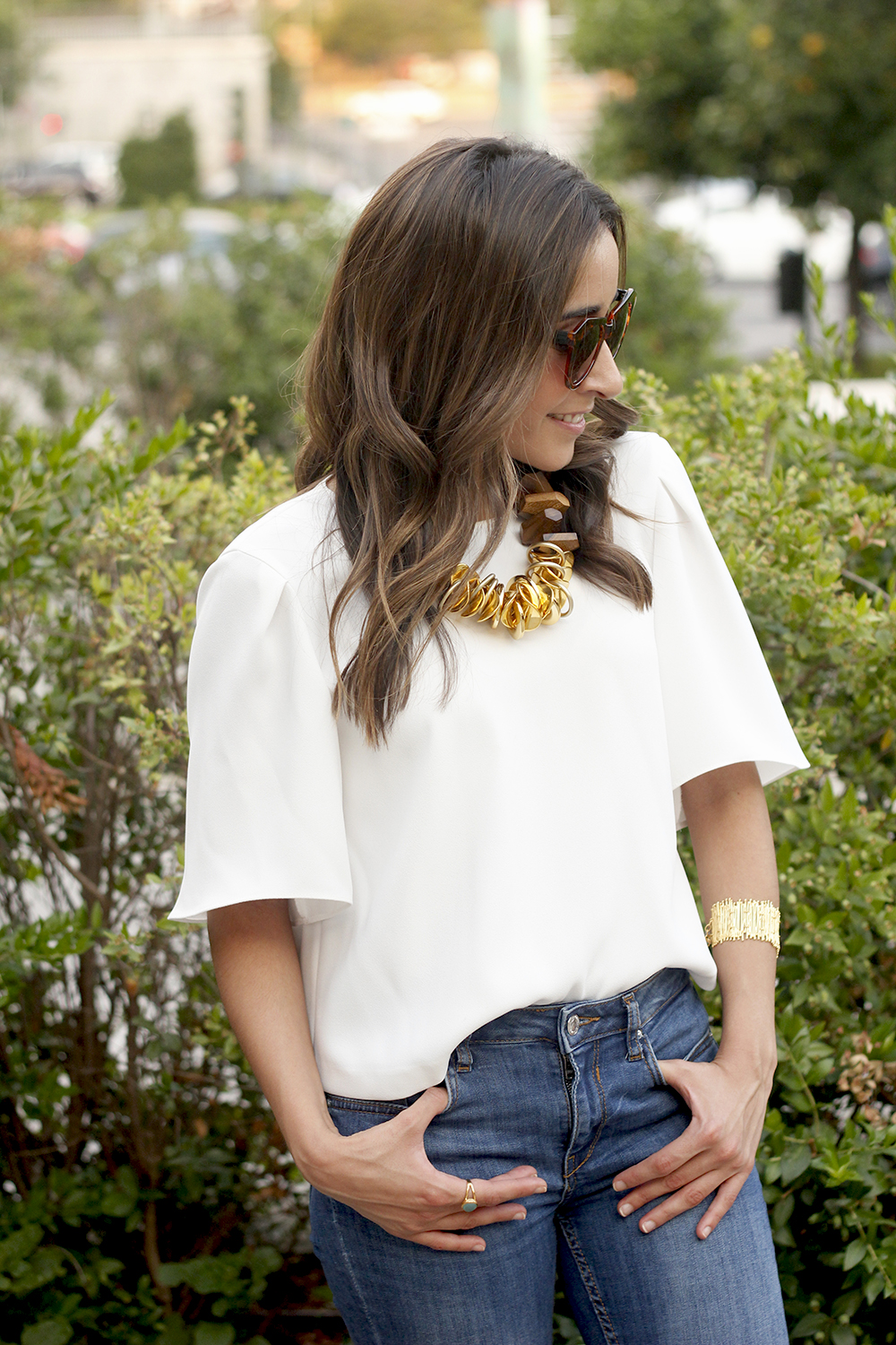 White blouse jeans golden and wood necklace jewellery corte ingles joyería verano summer outfit style3